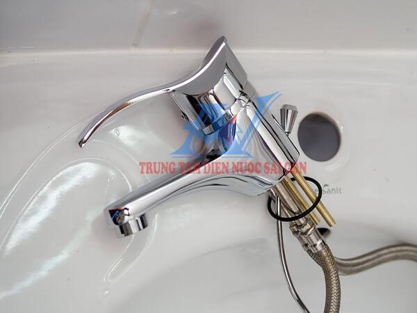 Thay vòi nước lavabo nóng lạnh