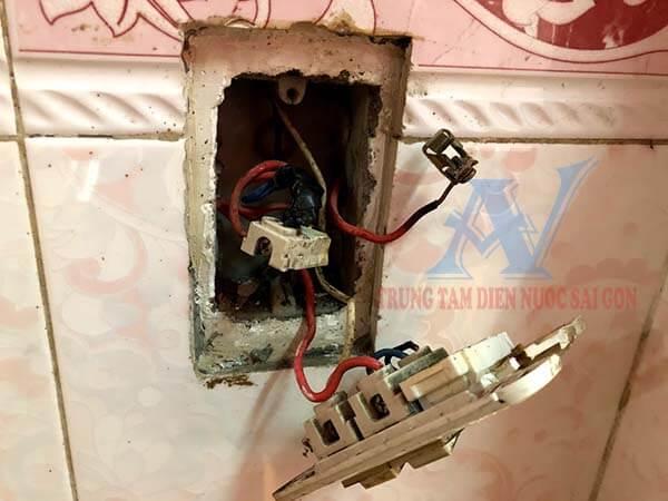 Sửa ổ cắm điện bị chập cháy