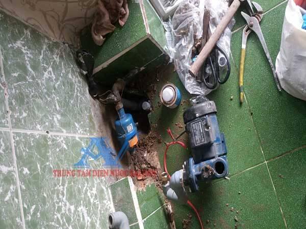 Sửa rò rỉ ống nước máy bơm